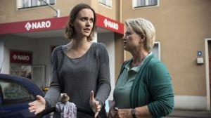 Jack (Cosima Viola) hadert mit sich, ob sie wieder in Timos Werkstatt arbeiten soll. Einerseits fällt ihr zuhause die Decke auf den Kopf, andererseits traut sie Timo nicht. Kann Gabi (Andrea Spatzek, r) ihr helfen?
