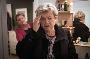 Helga (Marie-Luise Marjan) ist nervös, weil sie immer noch Schuldgefühle wegen Hans' Tod hat. Sie sucht die Aussprache mit Anna. Die blockt jedoch ab – und hat offenbar eine attraktive Urlaubsbekanntschaft mitgebracht!