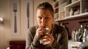 Tanja (Sybille Waury) versucht ihre Tablettensucht in den Griff zu bekommen. Doch es fällt ihr extrem schwer. Vor allem, als sie im Radio von einem schlimmen Unfall erfährt.