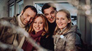 """""""Es weihnachtet sehr - auch in der Lindenstraße. Ein fröhliches Fest wünschen v.l. Roland (Axel Holst), Iffi (Rebecca Siemoneit-Barum), Murat (Erkan Gündüz), Lisa (Sontje Peplow) mit dem gesamten Ensemble."""""""