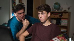 Murat (Erkan Gündüz, l) versteht seinen Sohn Paul (Ole Dahl) nicht mehr. Warum reagiert er so gleichgültig und abweisend?