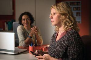 Nina (Jacqueline Svilarov, r.) ist sprachlos: Sie ist schwanger! Etwa von dem Typen, mit dem Sie in letzter Zeit heiße Nächte verbracht hatte? Ärztin Iris Brooks (Sarah Masuch) freut sich für sie.