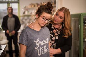 Roland möchte die Beziehung zu Iffi (Rebecca Siemoneit-Barum) gern intensivieren. Aber Antonia (Katharina Witzka) macht weiterhin Stress, sobald er da ist. Womit kann Iffi sie überzeugen?