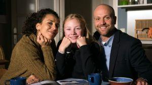 Glückliche Familie: Klaus (Moritz A. Sachs) mit seiner pfiffigen Tochter Mila (Trixi Janson) und seiner Frau Neyla (Dunja Dogmani).