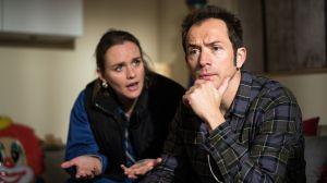 Jack (Cosima Viola) bittet Alex (Joris Gratwohl) bei der Kitasuche für Emil um Hilfe. Der sitzt zwischen allen Stühlen, denn wie soll er das Iris erklären?