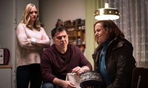 Anna (Irene Fischer, r.) stößt mit ihrem Vorhaben, Murat (Erkan Gündüz) davon zu überzeugen, sie Süßigkeiten für die Shishabar zubereiten zu lassen, bei Lisa (Sontje Peplow) auf Granit. Zudem geht es ihr gesundheitlich alles andere als gut.