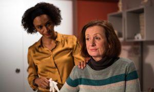 Anna (Irene Fischer, r.) will nach ihrer Blinddarmoperation sofort wieder putzen gehen. Kann Iris (Sarah Masuch) sie davon überzeugen, dass sie sich unbedingt noch schonen soll?