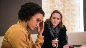 Endlich Zeit für eine Aussprache: Iris (Sarah Masuch, l.) will von Jack (Cosima Viola) wissen, wie es eigentlich zu ihrer Affäre mit Alex gekommen war und wie es weitergehen soll.