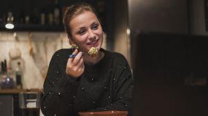 Lea (Anna Sophia Claus) hat ein neues Hobby entdeckt: 'Mukbang'! Sie streamt live, wie sie isst – und hat damit spontan erstaunlich viel Erfolg.
