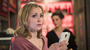 Lea (Anna-Sophia Claus) ist überzeugt, dass Konstantin sich auch in sie verliebt hat, aber warum gibt er es nicht zu? Während sie ihren Kummer im 'Café George` ertränkt, erhält sie plötzlich eine schockierende Nachricht von einem Shnax-Date.