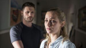 Lea (Anna Sophia Claus) ist verzweifelt: Wie ihr Umfeld mit ihrer HIV-Infektion umgeht, belastet sie sehr. Um Lea vor seinem Vater zu schützen, beschließt Konstantin (Arne Rudolf), endlich einen Test zu machen.