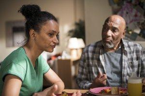 Während Iris (Sarah Masuch) versucht, ihren Vater William (Ron Williams) zur Reha zu überreden, stänkert dieser weiter gegen Alex. Auch Jamal hat er auf dem Kicker. Iris ist genervt.