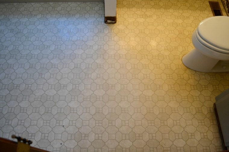 Laminate flooring before the replacement with viny carerrea marble