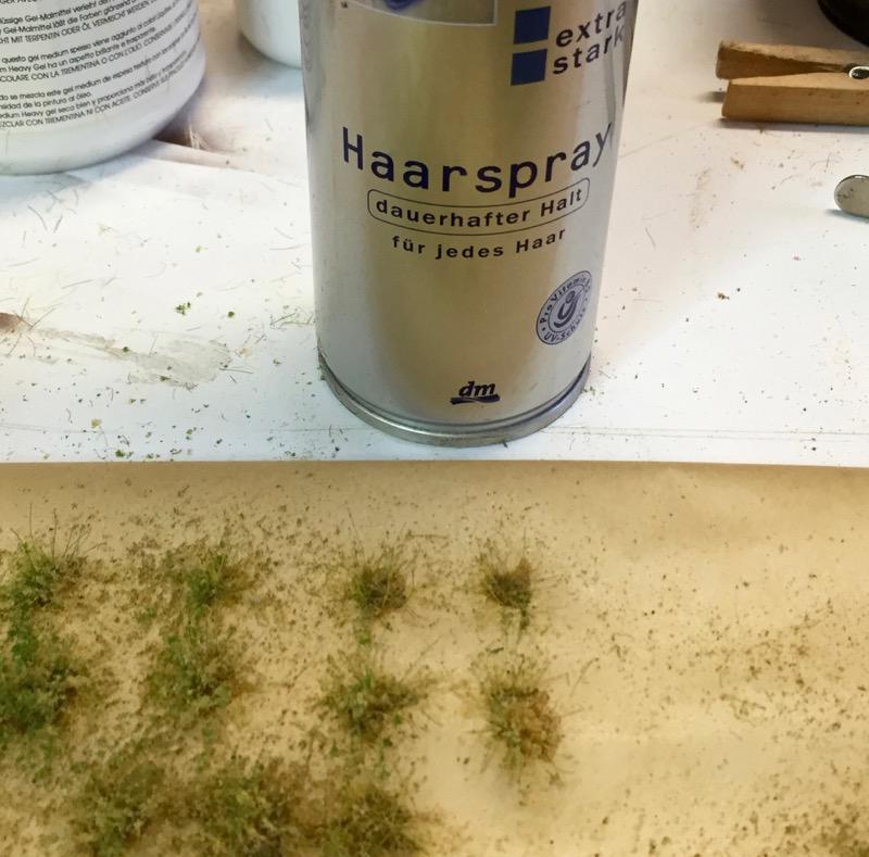 Blätter auf die Unkrautbüschel aufbringen
