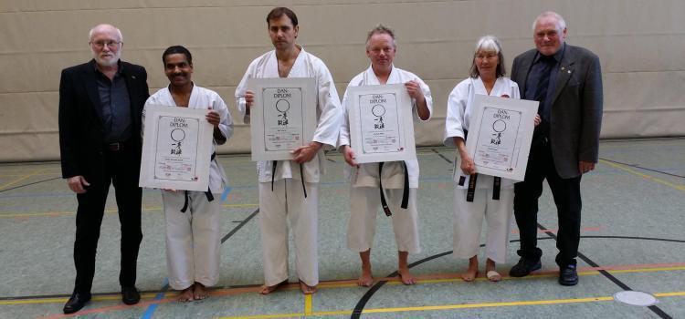 Karate-Do Lehrgang mit Dan-Prüfung, Karola (76) schafft den 4. Dan