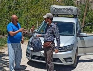 Turistler para dolu çantayı unuttu, peşlerinden giden muhtar teslim etti