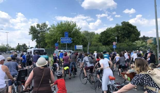 Almanya'da bisiklet konvoylarıyla hükümet protesto edildi