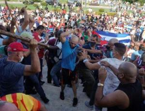Küba'da halk ayakta: Tarihin en büyük hükümet karşıtı gösterisinde ülke karıştı