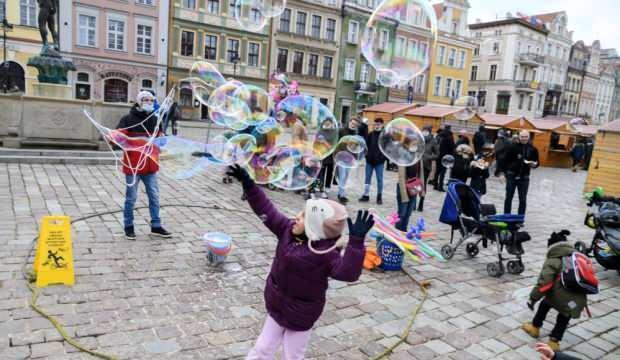 Polonya ailelere 3. çocuk için 3 bin dolar verecek