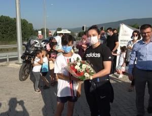 Tokyo'dan dönen milli halterci Nuray Levent çiçeklerle karşılandı
