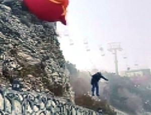 muğla'daki festivalde bir paraşütçü havalanmaya çalışırken yere çakıldı, bir diğeri standlara çarptı