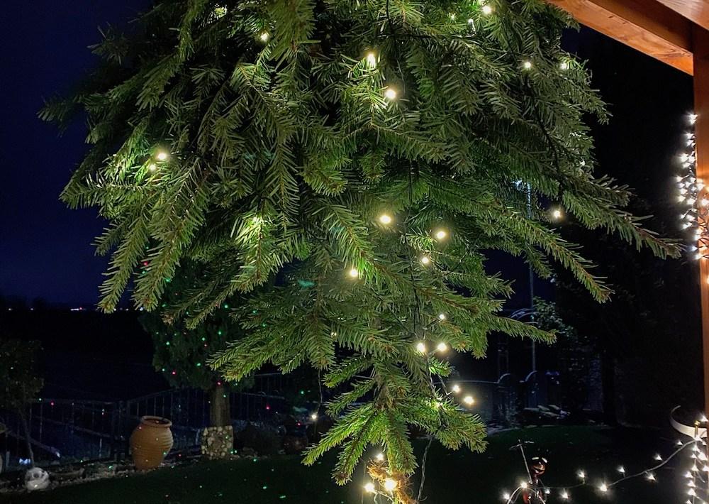 Weihnachtsbaum an der Decke