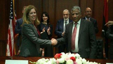 وكيل وزارة الخارجية لطفي المغربي و رئيسة بعثة الولايات المتحدة الأميركية لدى ليبيا، ستيفاني وليامز