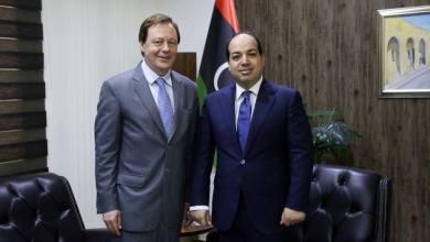السفير البريطاني لدى ليبيا فرنك بيكر مع النائب بالمجلس الرئاسي أحمد معيتيق