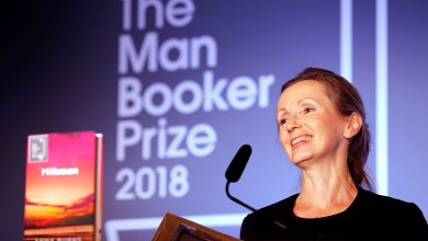 الروائية آنا بيرنز تستلم الجائزة من كاميلا زوجة الأمير تشارلز
