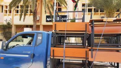 بلدية أبوسليم تشرع في توزيع المقاعد الدراسية