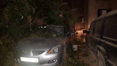 سيارات في مكان سقوط القذائف بحي الأكواخ - صورة متداولة