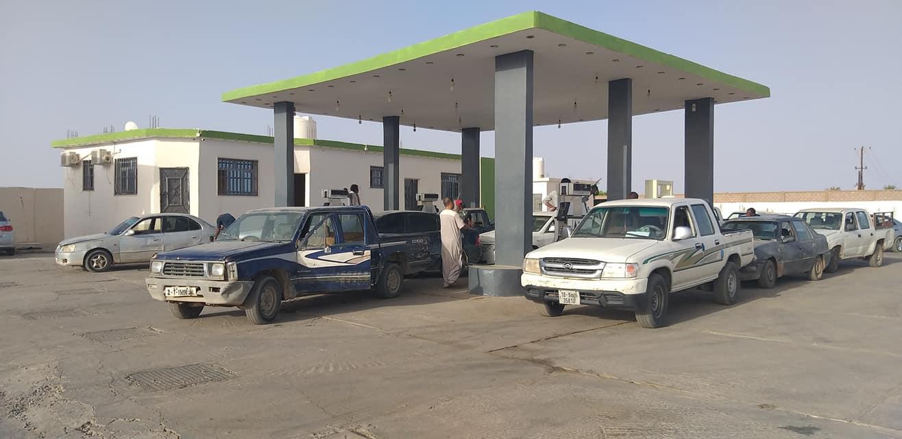 البلدي سبها يعلن عن تشكيل فريق مجتمعي لمتابعة توزيع الوقود على المواطنين- صورة إرشيفية لمحطة وقود بمدينة سبها