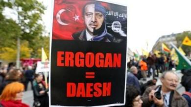 احدى اللافتات التي حملها الأكراد في الوقفة الاحتجاجية ضد الهجوم التركي على سوريا