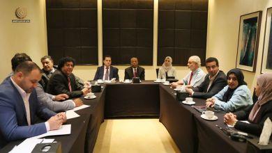 اجتماع رئيس الحكومة المؤقتة عبدالله الثني مع وزير الخارجية ووزيرة الشؤون الاجتماعية بشأن عودة المهجرين