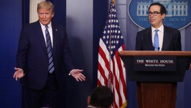 الرئيس الأميركي دونالد ترامب في مؤتمره الصحفي اليومي بحضور وزير الخزانة وزير الخزانة الأميركية ستيفن منوشين