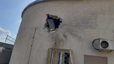 آثار القصف الصاروخي الذي طال مستشفى الخضراء في مدينة طرابلس