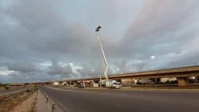 بلدية بنغازي تجري أعمال صيانة لأبراج الإنارة على جزيرة المدينة الرياضية