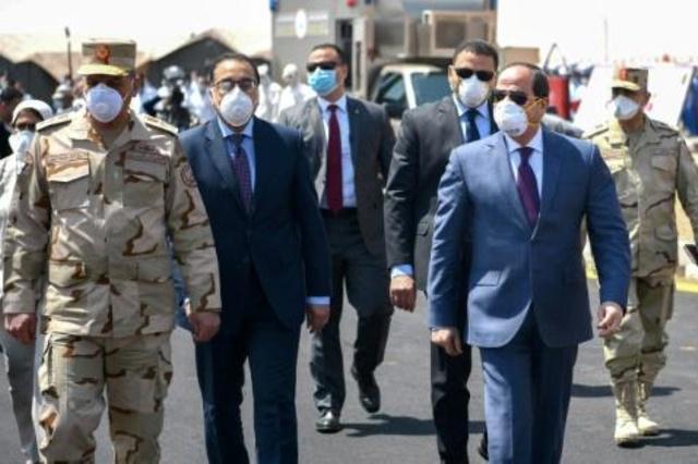 الرئيس المصري عبدالتفاح السيسي خلال زيارة لقاعدة هاكستيب العسكرية شرق العاصمة القاهرة- 7 أبريل