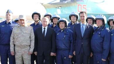 """الرئيسان السوري بشار الأسد والروسي فلاديمير بوتن أثناء زيارة لقاعدة حميميم الروسية في سوريا-""""أرشيفية"""""""