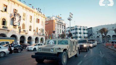 """استعراض أفراد وآليات لعناصر """"كتيبة ثوار طرابلس"""" وسط العاصمة"""