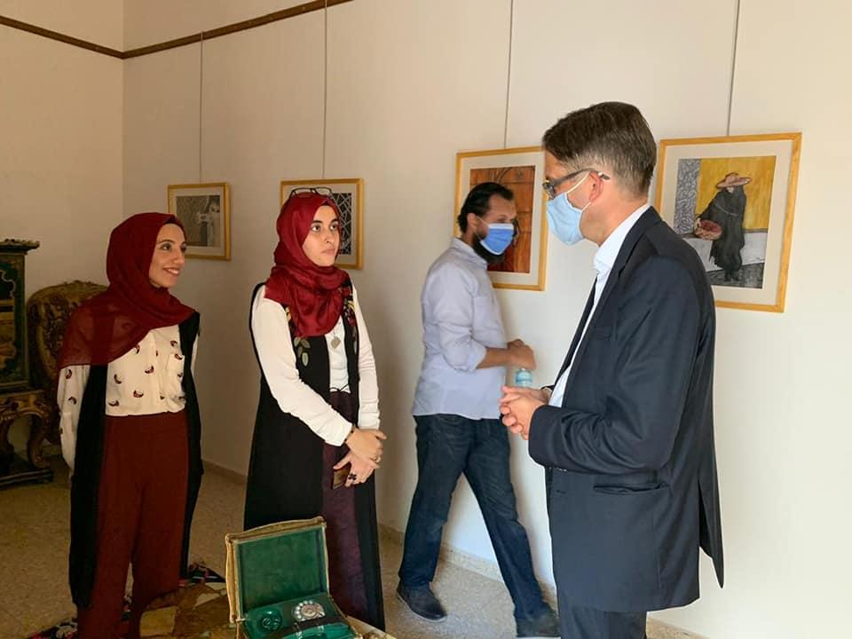 السفير الألماني في ليبيا يثني على الفنانيتين التشكيليتين فاطمة عبداللطيف وسارة الطاهر في معرضهما بطرابلس