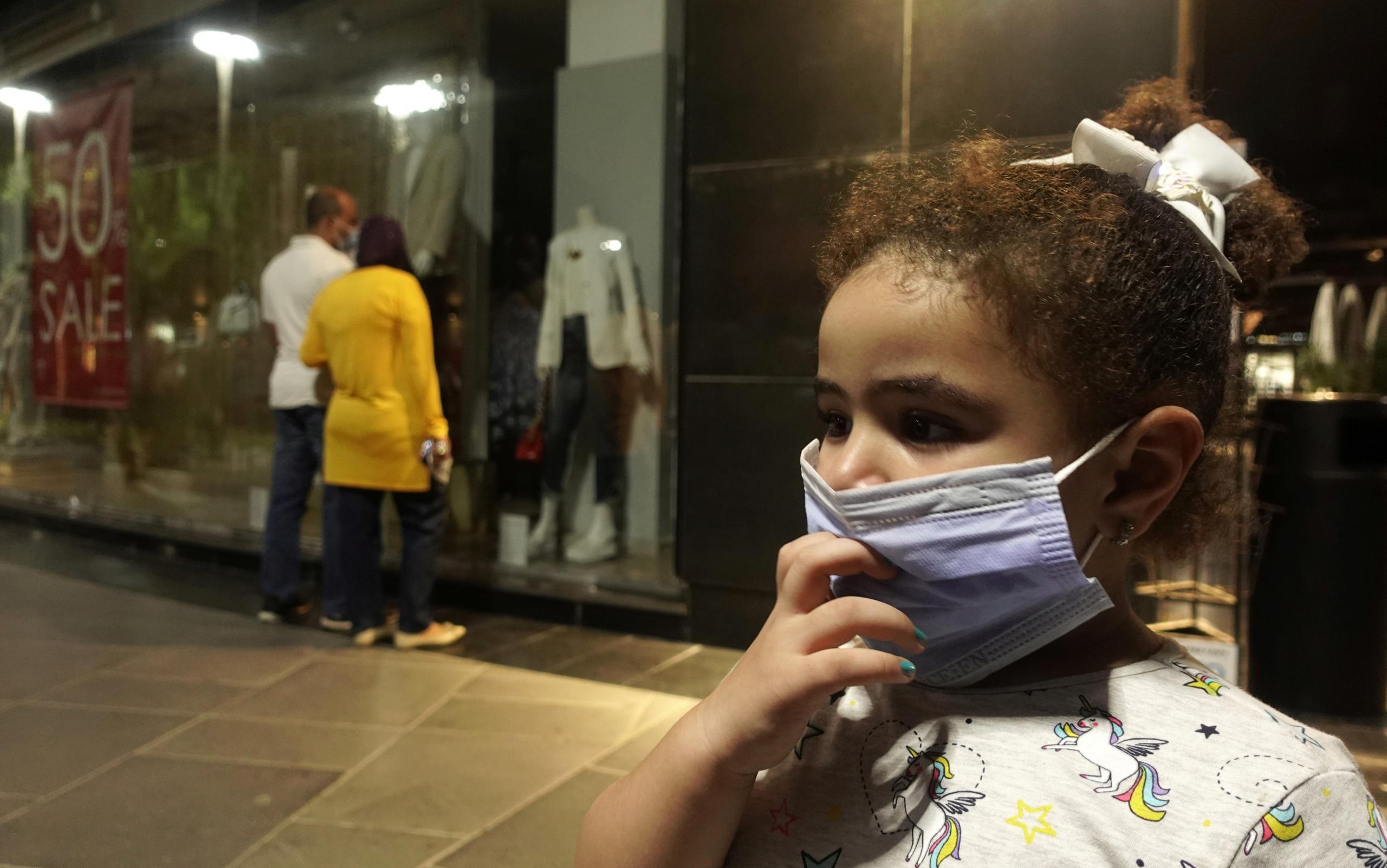 """طفلة مصرية في القاهرة تلتزم بوضع الكمامة-""""أرشيفية عن رويترز"""""""