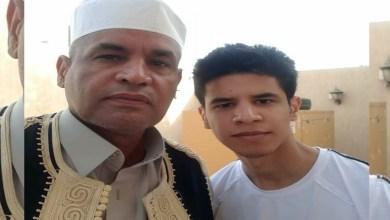 ضو أحمد مع أحد أبناءه- الصورة لوكالة الأنباء الليبية