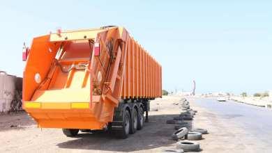 بلدية تاجوراء تشرع بتوزيع العربات الضاغطة للقمامة