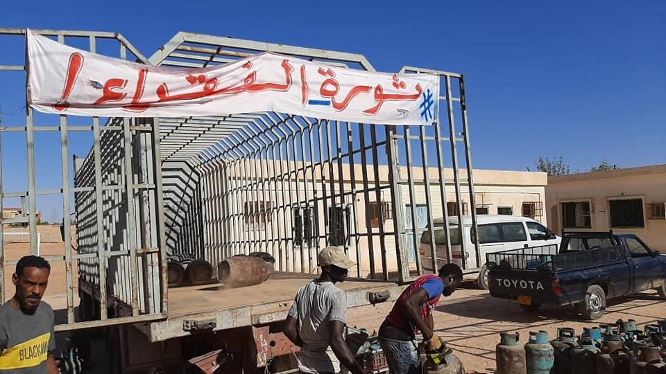 """حراك """"ثورة الفقراء في سبها"""" يوزع 300 إسطوانة غاز"""