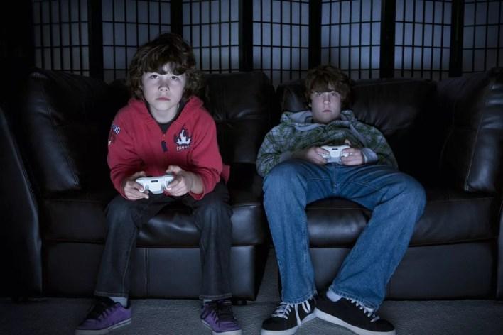 لاعبين جالسين أمام التلفاز