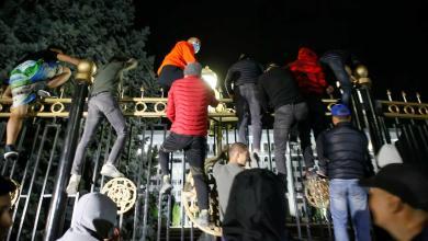 قيرغيزستان.. محتجون في العاصمة بشكيك يقتحمون مقر السلطات ويحررون الرئيس السابق