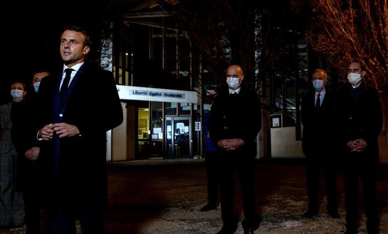 الرئيس الفرنسي إيمانويل ماكرون يصل مكان الجريمة ويصف العمل بالوحشي الإرهابي