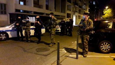الشرطة الفرنسية تؤمن شارعاً بعد إطلاق النار على قس أرثوذكسي في كنيسة وسط ليون