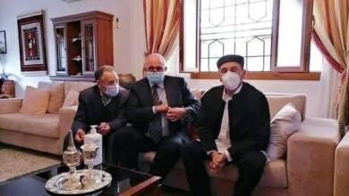 الدكتور الصديق بن دلة بعد عودته لمنزله